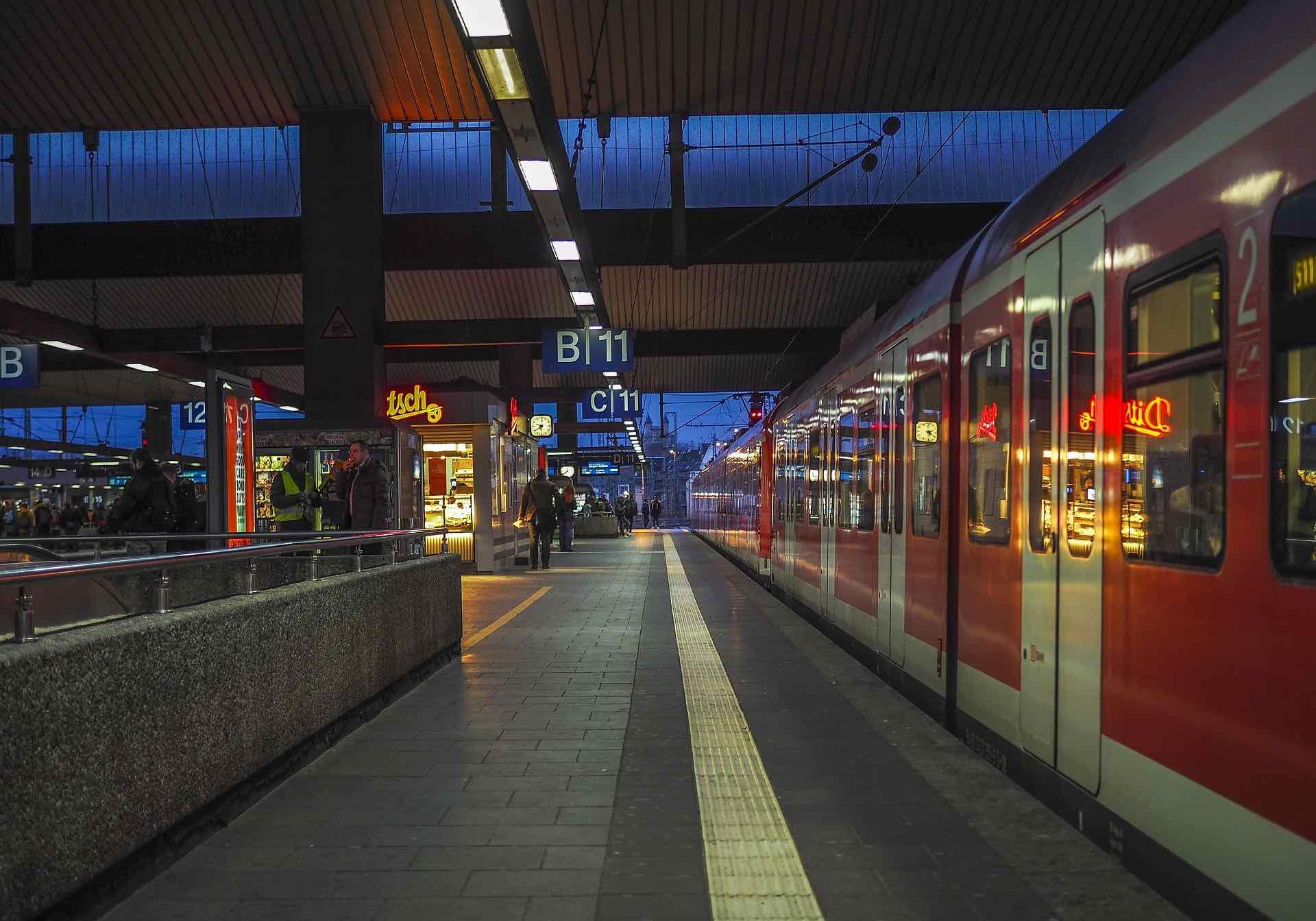 15 JGA Spiele im Zug, mit denen eure Zugfahrt richtig